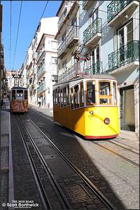 Ascensor da Bica No.1 descends the Rua da Bica de Duarte Belo shortly after crossing with No.2 on 13/11/2017.