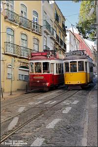 7 working a Hills Tramcar Tour passes 557 working a No.28 service on the Calçada de São Vicente on 14/11/2017.