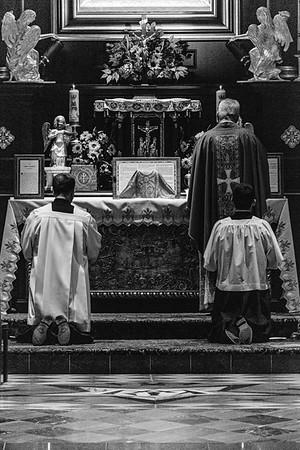 _NIK7472 Black Altar LatinMass Czestochowa_