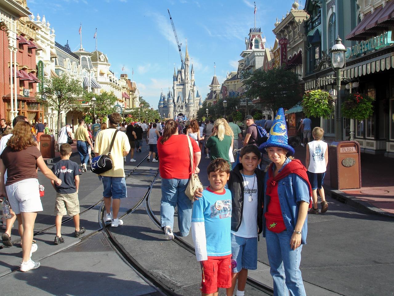 Posando en la entrada de Magic Kingdom. Al fondo se alcanza a ver el castillo de la Bella Durmiente.