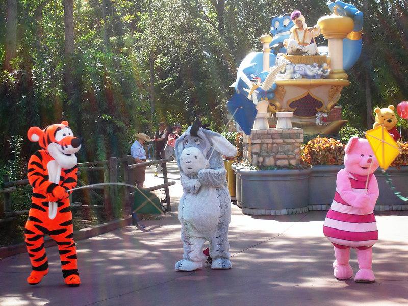 Tigger, Burrito, Piglet y al fondo Aladino. Desfile en Magic Kingdom. Orlando, Florida. Octubre 2006