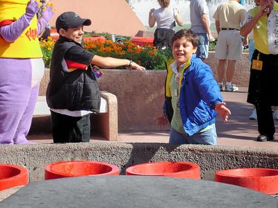 Bruno y Mauricio jugando con las fuentes bailarinas, en Epcot.