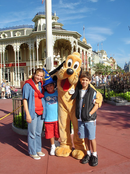 la foto del recuerdo con Pluto Magic Kingdom Orlando, Florida