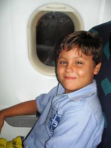 Mauricio feliz en el avión