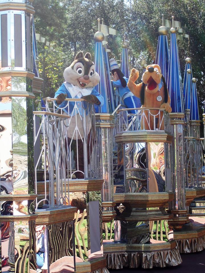 Chip (o Dale) con Pluto y Goofy