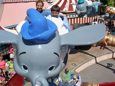 Betty y Mau volando con Dumbo. Quiza esta fue la fila mas larga que hicimos en todo el día.