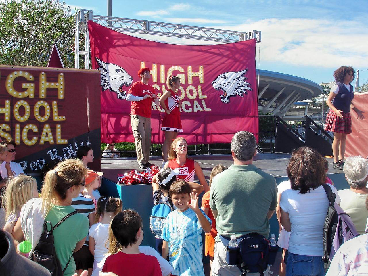 Mauricio posando con el espectaculo de High School Musical