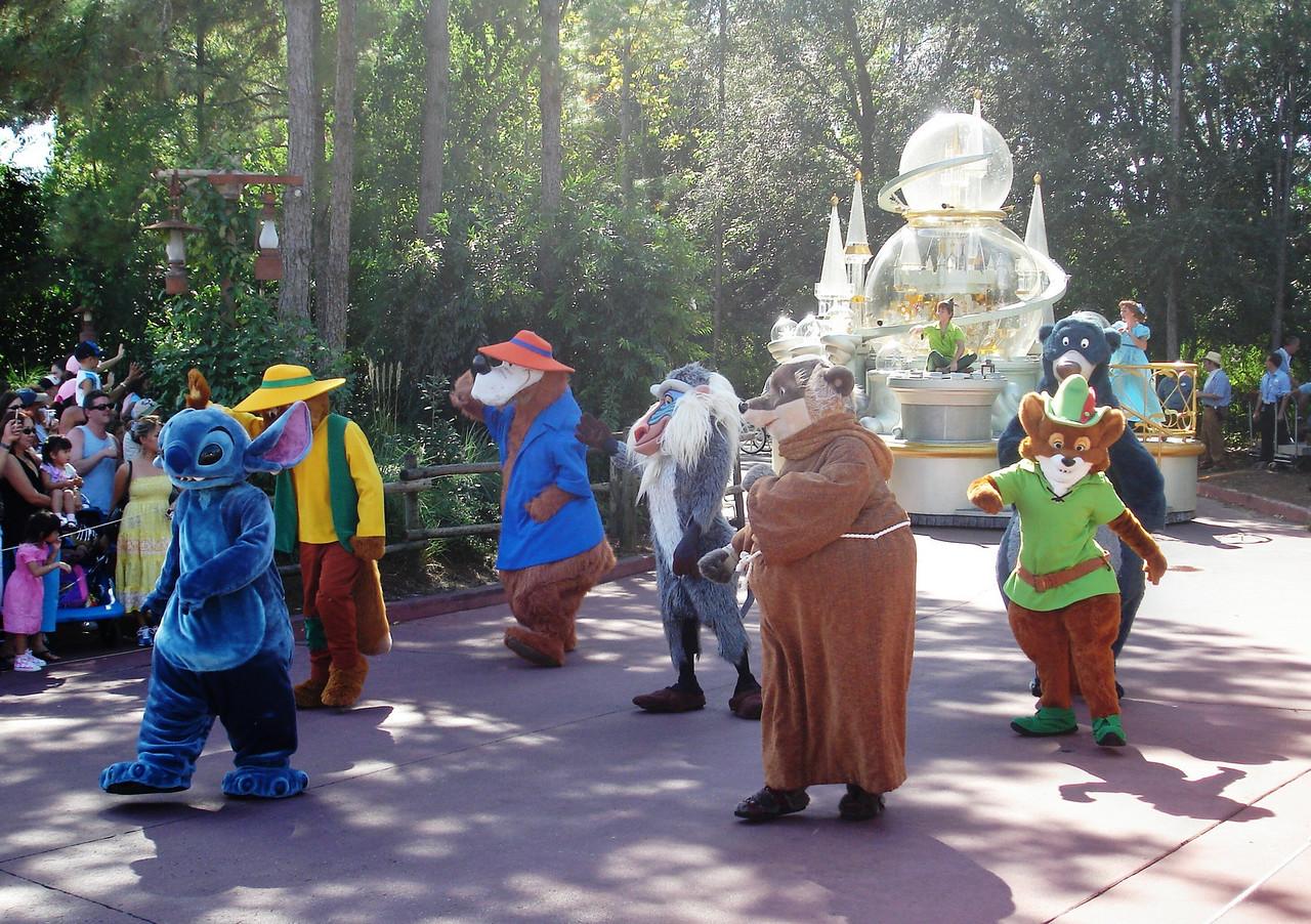 Stitch, Robin Hood y varios personajes mas. Al fondo Peter Pan.