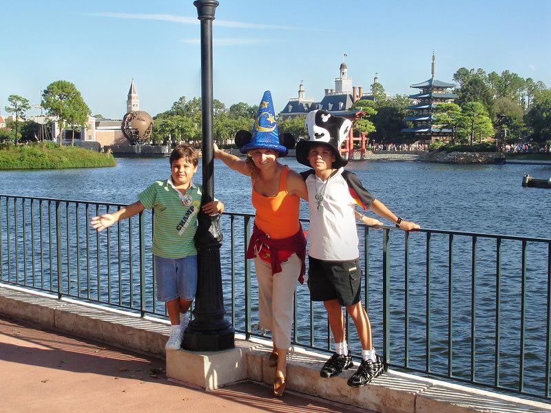 Mauricio, Betty y Bruno. Al fondo se ve Venecia y una torre China.
