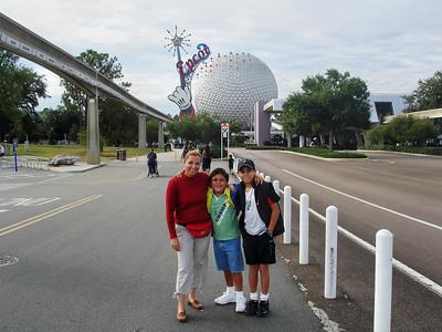 En la entrada de Epcot, en las afueras de Orlando. A la izquierda se ve la via del monoriel que te transporta entre los parques de Disney.