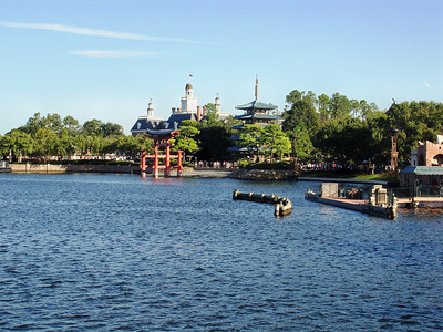 el lago y al fondo el pabellon Chino. Epcot Center, Florida