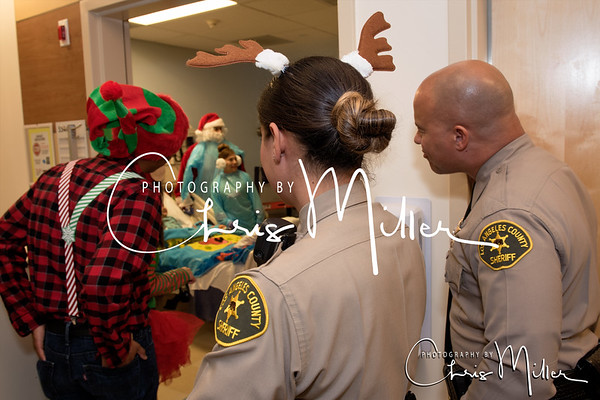 (171) Toy Giveaway at Kaiser Permanente Hospital 12-22-16  Photogrpahy by Chris MIller-2