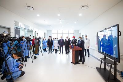 """2021 оны хоёрдугаар сарын 23. КОВИД-19 халдварын эсрэг дархлаажуулалтын ажил өнөөдөр албан ёсоор эхэлж, Ерөнхий сайд Л.Оюун-Эрдэнэ эхний тунг тариуллаа.   Энэ үеэр Монгол Улс дахь НҮБ-ын Суурин зохицуулагч Тапан Мишра дархлаажуулалтын ажлыг эхлүүлж байгаад баяр хүргээд, Монгол Улс дархлаажуулалтын ажлыг эхлүүлж буй эхний орнуудын нэг болж буйг хэлэв.   Үргэлжлүүлэн тэрбээр """"Цар тахалтай тэмцэх чиглэлээр хязгаарлалтын арга хэмжээ хэрэгжүүлэхэд эрх баригчидтайгаа хүчээ нэгтгэн, эв санааны нэгдэлтэй хамтран ажиллаж буй Монголын ард түмнийг Монгол Улс дахь НҮБ-ын зүгээс онцгойлон магтан сайшаахыг хүсэж байна.   КОВИД-19 цар тахлын уршгаар Монгол Улсын эрүүл мэндийн болон нийгэм, эдийн засгийн бүхий л салбарт учирч буй хохирлыг бид бүхэн бие сэтгэлээрээ мэдэрч байгаа. Энэхүү дархлаажуулалтын аян бидэнд хүн амын амь насыг хамгаалах итгэл найдварыг төрүүлж байна.   КОВИД-19 цар тахлаас сэргийлэх аюулгүй бөгөөд хамгийн үр дүнтэй вакциныг хөгжүүлж, хэрэглээнд нэвтрүүлэхийн тулд дэлхий даяараа урьд өмнө нь байгаагүй их хүчин чармайлт гаргаж байгаа билээ. Монгол Улс дахь НҮБ нь Монгол Улсын засгийн газартай хамтран КОВИД-19-ийн эсрэг дархлаажуулалтын аяныг эхлүүлэхээр ДЭМБ болон НҮБ-ын Хүүхдийн сангийн манлайлал дор нягт хамтран ажиллаж байгаадаа сэтгэл хангалуун байна.   Одоо бидний өмнө бүх нийтийг вакцинд хамруулах ажил том сорилт болон хүлээж байна. Дархлаажуулалтын хөтөлбөрийн хүрээнд сайтар төлөвлөж, санхүүжилт нь баталгаажсан хангамжийн сүлжээ, түгээлтийг дэмжсэн бүх талын дэмжлэгтэйгээр вакциныг тэгш шударга түгээх нь зөв төдийгүй ухаалаг ажил болно гэдэгт НҮБ итгэлтэй байгаа.   ДЭМБ болон НҮБ-ын Хүүхдийн сангийн ажилтнууд КОВИД-19 халдварын эсрэг вакциныг дэлхийн улс орнуудад тэгш хүртээмжтэй хүргэхээр КОВАКС хөтөлбөрийг хэрэгжүүлж байгаа. Монгол Улс тус хөтөлбөрт хамрагдаж байгаа бөгөөд цаашид ч хамтын ажиллагааг өргөжүүлэн тэлж, үр дүнтэй хэрэгжүүлэхэд туслалцаа үзүүлсээр байх болно.  Монгол хүн бүр энэ ондоо багтаж вакцинд хамрагдана гэж чин сэтгэлээсээ найдаж байн"""