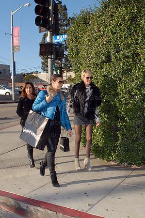 """Laeticia a choisi le cadeau de Noel pour Johnny dans la boutique """"Chrome Hearts"""" de West Hollywood , ensuite elle est allee avec ses copines dejeuner dans un sushi sur Robertson. Apres le dejeuner elles se sont rendues dans la boutique """"Maxfield pour shopping Therapie."""