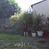 Solveig, courageuse, a décidé de commencer à tailler les rosiers et arbustes... C'est la première fois... Non, non, je n'ai pas peur.. Et puis, ça repousse..