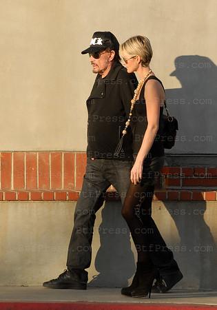 Johnny Hallyday et Laeticia font du shopping ave Reno et sa famille. aAu retour Johnny a une douleur dans le dos, Reno est attentif et presse le pas pour donner un coup de main a Johnny,celui-ci reprend le pas, sans doute une douleur due aux operatios successives.