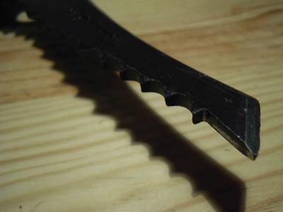 Ici une lame d'origine: Alésages en bout de lame, pointe épaisse au piquant de base, premières dents de la même épaisseur que la lame ou presque...