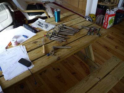Première étape: On réunit les broches concernées - on se sépare définitivement des vieilles ou trop défoncées... On se met sur une table et on se détend...
