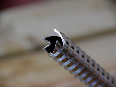 """On voir bien ici les dents retravaillées, et les limites de ce genre d'affutage: Les dents trop usées ont donc """"reculé"""" avec l'affûtage: Celle-là va sans doute passer à la poubelle même après affûtage... On va quand même tester, mais le vissage risque d'être bcp moins facile qu'avant !"""