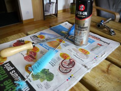 Munissez-vous d'une lime, d'une brosse fine au poil ferme et non métallique et d'un lubrifiant quelconque... ou presque.