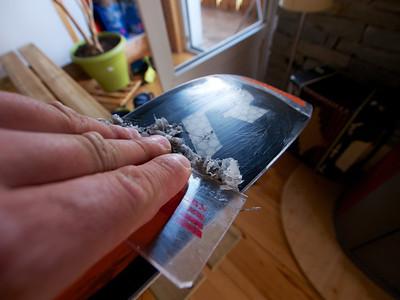Racler à chaud avec la raclette plastique. Aiguiser la raclette avant l'opération.