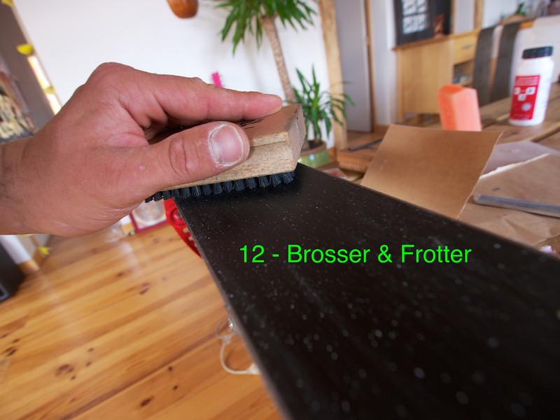 Brosser dans le sens du ski avec la brosse nylon, frotter ensuite la semelle avec un chiffon sec pour la faire briller.