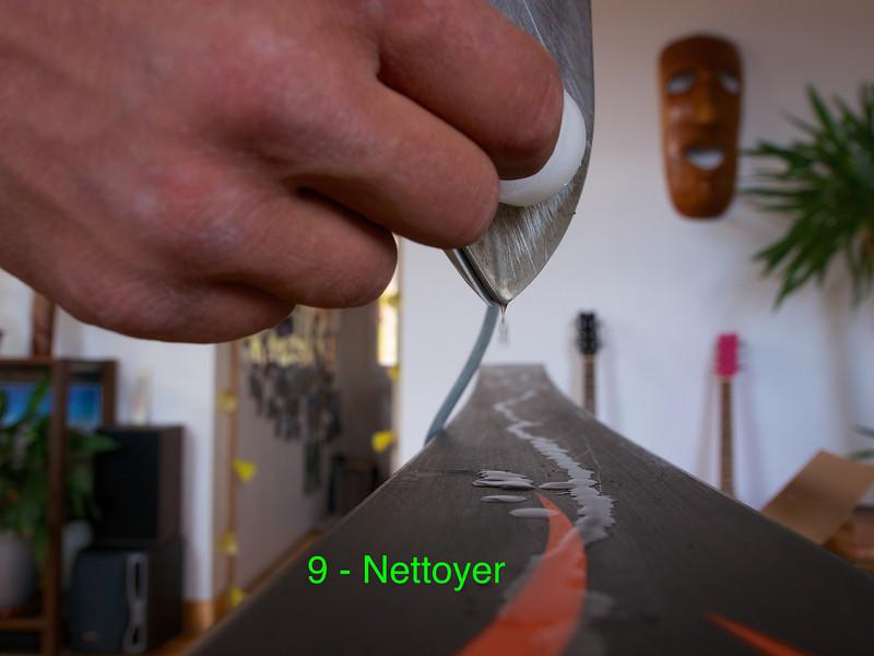 Nettoyer à chaud la semelle avec la bougie chauffe-plat. Cette étape permet de préparer la semelle au fartage.<br /> 1 - Faites fondre la bougie
