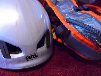Casque et Harnais, deux accessoires sur lesquels il est aussi facile de gratter...   Le casque PETZL Météor III ( 235g ) est sans aucun doute le meilleur casque du marché... en rapport légèreté/qualité/prix.  Coté baudrier on a l'impression d'avoir le choix... mais pour la haute montagne technique il faut réunir de nombreux éléments que n'a qu'une infime partie des modèles sur le marché: * Confort pendant la marche et en suspension * légèreté ( moins de 350g ) * 4 porte-matériel * compressibilité pour ranger dans le sac  Cherchez bien , ces modèles sont rares ! Camp, Singing rock, Arctérix, Cilao & PETZL proposent ce genre de chose... entre 40 et 120€...  PETZL avec l' Hirundos offre un rapport poids/qualité/prix vraiment intéressant.