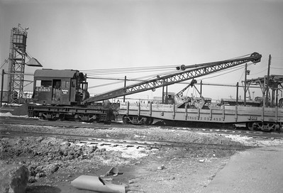 2010.030.01.W.007--lee hastman 6x9 neg [Owen Leander]--CB&Q--work crane and flatcar 205265--Cicero IL--1970 1017