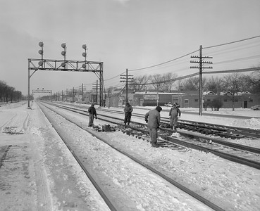 2010.030.01.Z.01--lee hastman 4x5 neg--CB&Q--view of track gang sweeping switches--Cicero IL--1966 1229