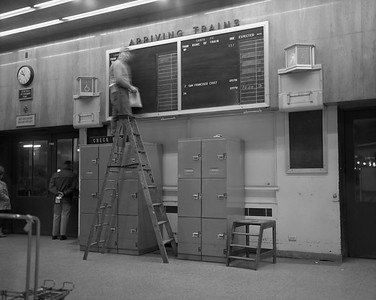 2010.030.09.2.006--lee hastman 4x5 neg--C&WI--Dearborn Station arrivals board--Chicago IL--early 1970s