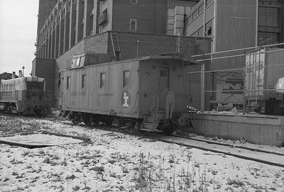 2010.030.05.7.015--lee hastman 6x9 neg--ICRR--caboose 9902 at 20th Street--Chicago IL--1975 0210