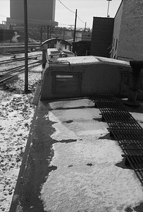 2010.030.05.7.015G--lee hastman 6x9 neg--ICRR--caboose 9902 at 20th Street detail--Chicago IL--1975 0210