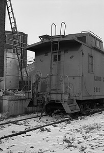 2010.030.05.7.015B--lee hastman 6x9 neg--ICRR--caboose 9902 at 20th Street detail--Chicago IL--1975 0210