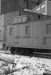 2010.030.05.7.015E--lee hastman 6x9 neg--ICRR--caboose 9902 at 20th Street detail--Chicago IL--1975 0210