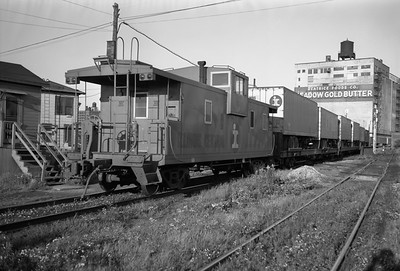 2010.030.05.7.008--lee hastman 6x9 neg--ICRR--caboose 9542 on hind end of piggyback freight train on St Charles Air Line at 16th Street--Chicago IL--1969 0928