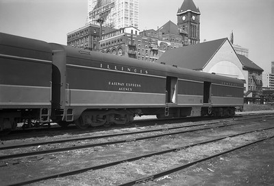 2010.030.05.5.012--lee hastman 6x9 neg--ICRR--express-baggage car 1802 at 12th Street depot--Chicago IL--1971 0829