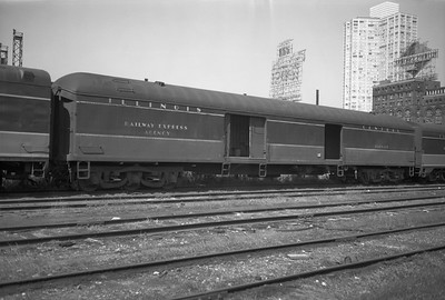 2010.030.05.5.010--lee hastman 6x9 neg--ICRR--express-baggage car 667 at 12th Street Central Station--Chicago IL--1971 0829