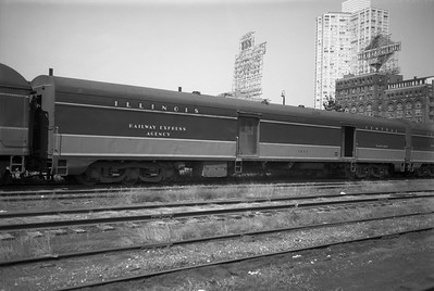 2010.030.05.5.015--lee hastman 6x9 neg--ICRR--express-baggage car 1805 at 12th Street depot--Chicago IL--1971 0829