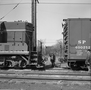 2010.030.05.9.003--lee hastman 120 neg--ICRR--trainmen making joint with freight car at Markham yard--Homewood IL--mid 1960s 0000