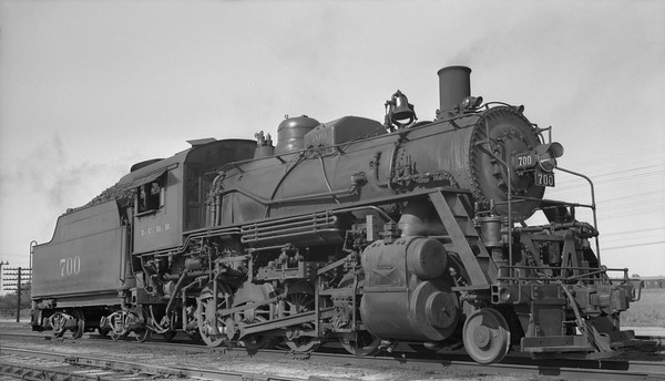 2010.030.05.1.024--lee hastman 116 neg--ICRR--steam locomotive 2-8-0 700--Jackson MS--1952 0512