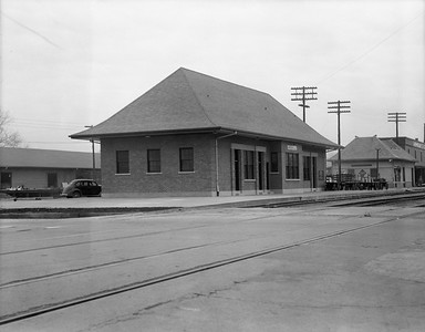 2010.030.05.8.021--lee hastman 4x5 neg--ICRR--depot and REA building--Greenville MS--1945 0000