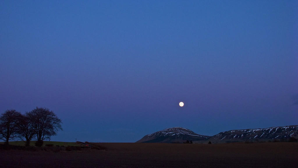 Moon Rising - West Lomond 2