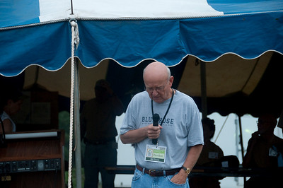 Bill Scott, president of CFCP, sends volunteers off with a prayer to their assigned houses. mlj
