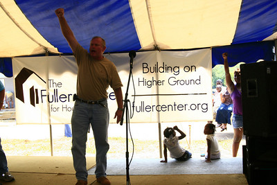 Darren Kelley gives volunteers who worked on new construction a hearty OYEE!. Scott Umstattd