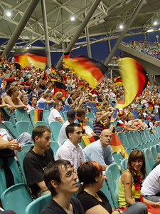 2006-07-04_10511 ...and finally gets replaced by flag waving ...und wird schließlich von wehenden Flaggen abgelöst ...y la está sustituado por las banderas ondeados