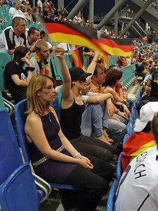 2006-07-04_10515 Lisa also untirely is waving the flags. Lisa schwenkt auch unermüdlich die Fahnen. Lisa agita las banderas infatigable también.