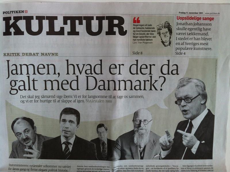 """Læs Kristian Madsens anmeldelse af """"Nu Gælder Det Danmark!"""" i """"Politiken"""": <a href=""""http://politiken.dk/kultur/anmeldelser/ECE1447887/samling-af-nytaarstaler-er-knagende-godt-skuldret/"""">http://politiken.dk/kultur/anmeldelser/ECE1447887/samling-af-nytaarstaler-er-knagende-godt-skuldret/</a>"""