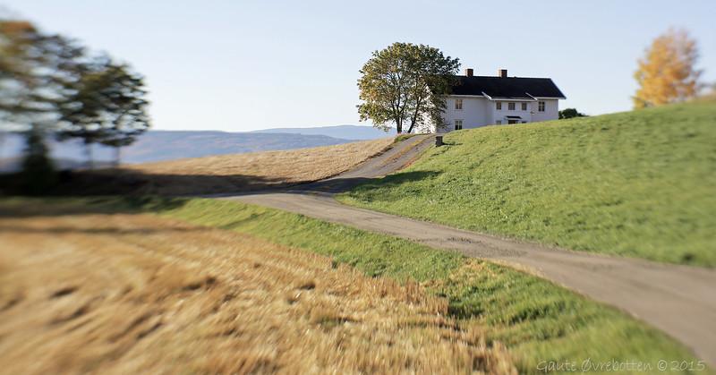 Tingelstad øvre i oktobersøndagssol.<br /> Farmhouse at Tingelstad.