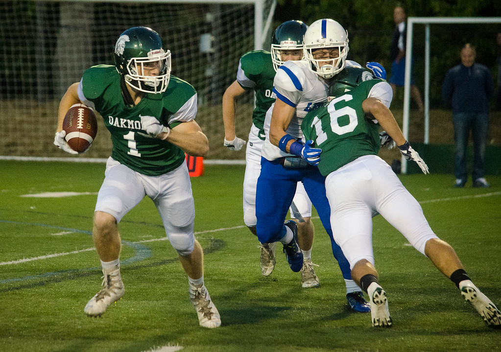 . Oakmont\'s John Caouette runs the ball during the game against Leominster on Friday evening. SENTINEL & ENTERPRISE / Ashley Green